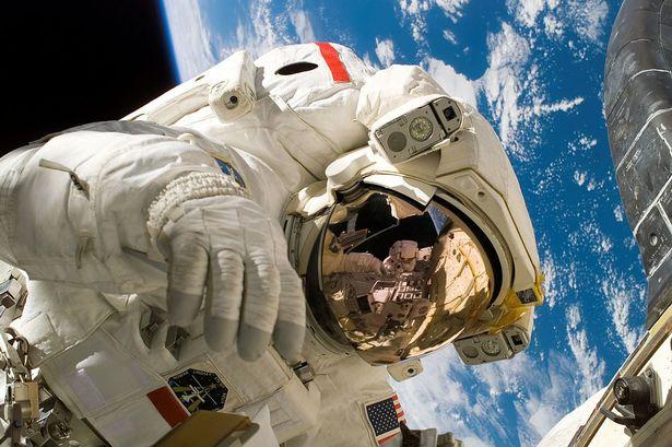 1024px-Piers_Sellers_spacewalk.jpg