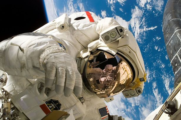 1024px-Piers_Sellers_spacewalk.jpg